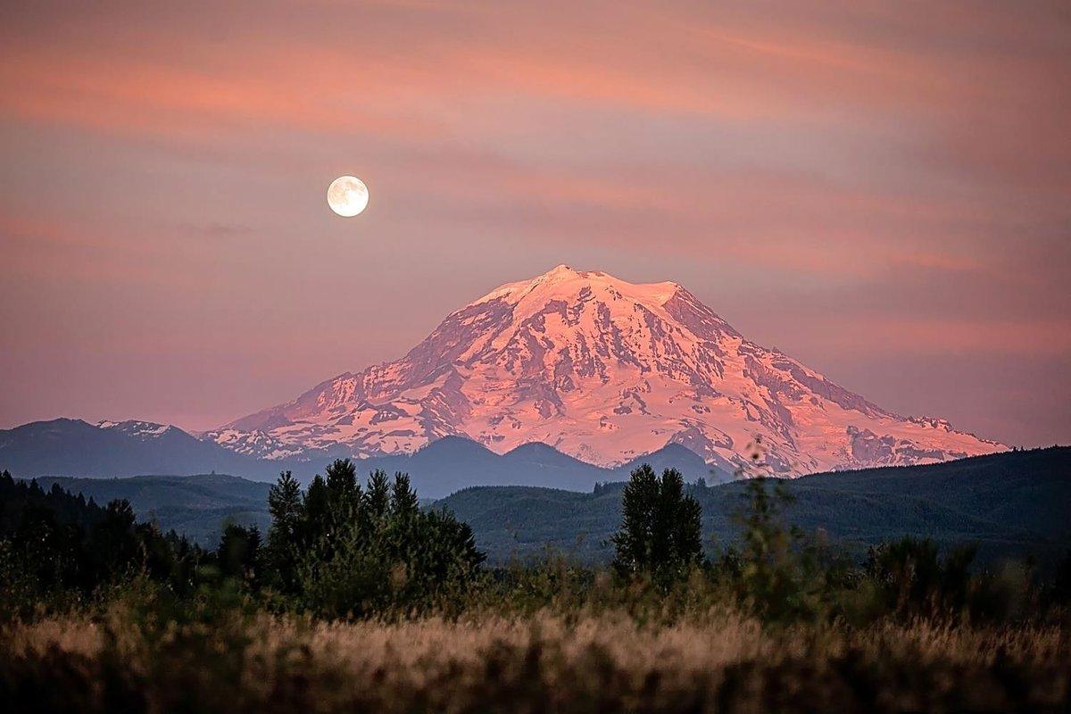 Moonrise @MountRainierNPS.. https://t.co/IT5vEENiTi https://t.co/XAB3logPBY