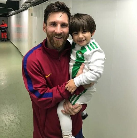 RT @WisoVazquez: Guardado's kid with Messi https://t.co/z7YAe9Hi1M