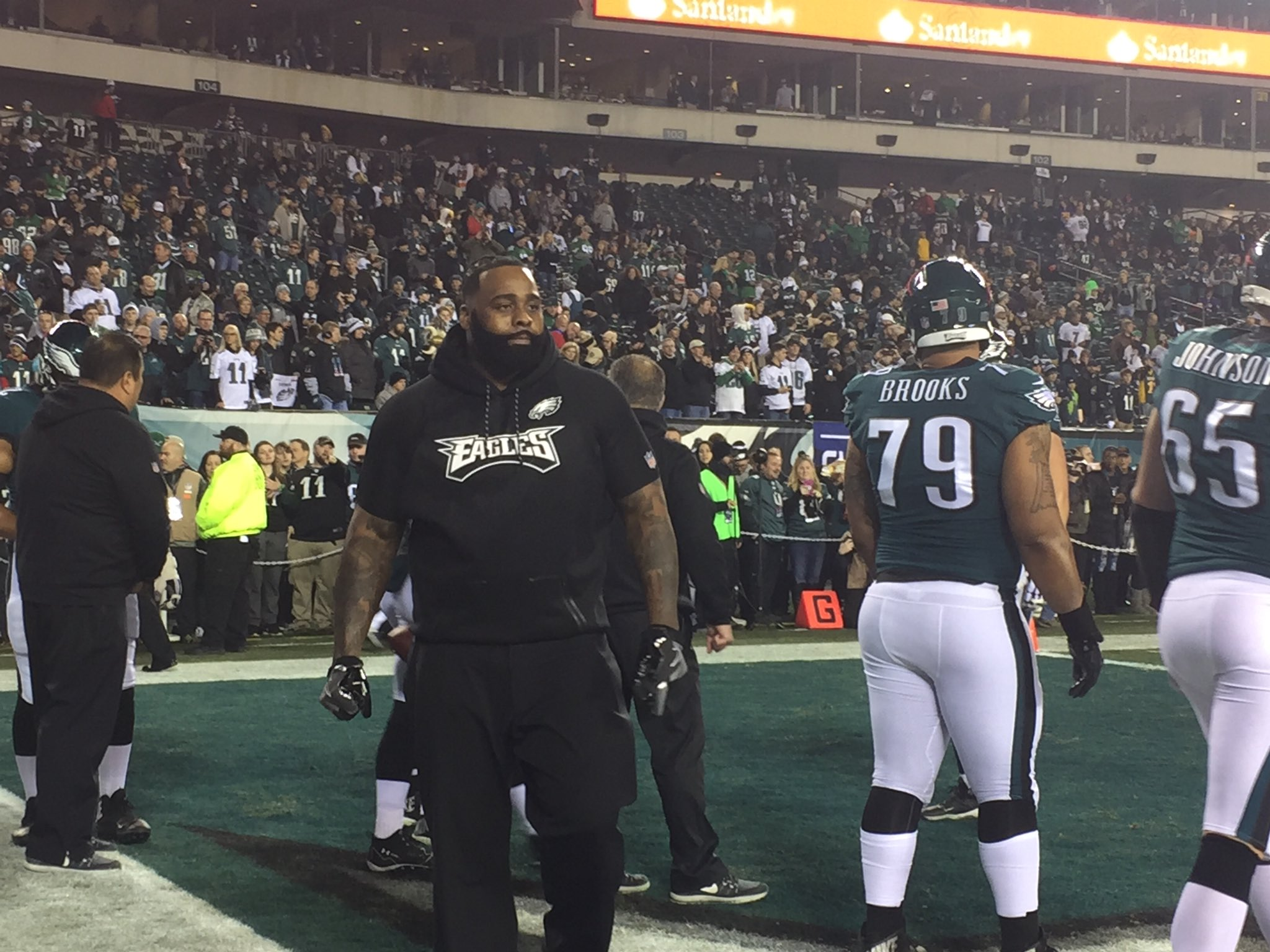 Jason Peters was on the field during warmups with the other #Eagles OL, helping get them ready. https://t.co/t5ZZzfcTSy