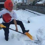 RT : 大雪予報で騒いでいる東京の人間よ、雪かきってのはこうやってやるんだよ...