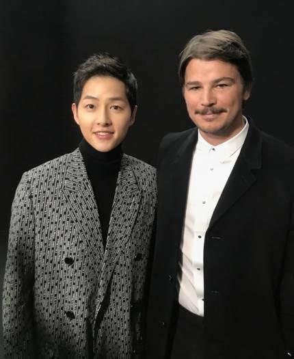 RT @SongJoongKi_SG: 180120 Song Joong Ki with Josh Hartnett at 'DIOR HOMME 2018' Fashion Week in Paris https://t.co/ta3ylVVTkl