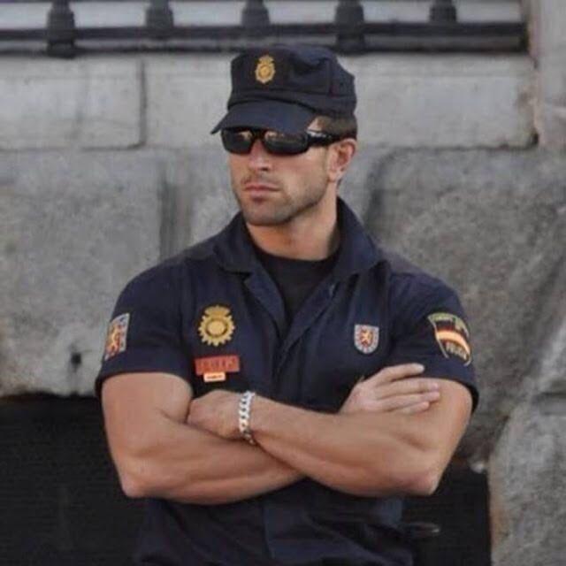 Policías de otros países / policías de mi México lindo y querido. https://t.co/8FQEVY3pGG
