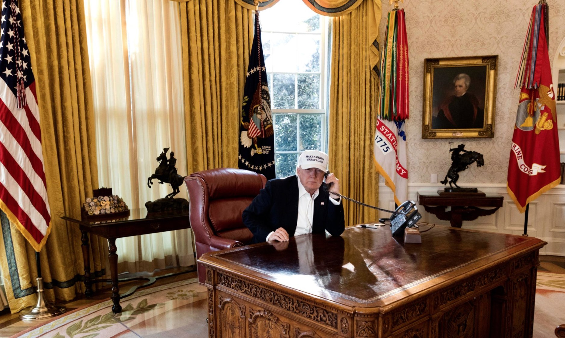 "White House releases hilarious photos to show Trump is ""working"" during shutdown. https://t.co/jfRBo0O5xv https://t.co/42xtaYw3li"