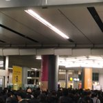 RT : 東横線渋谷駅。絶賛入場規制中。ホームにも人があふれてるー。 https...