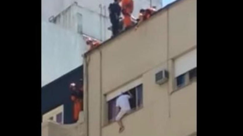 Increíble rescate a un hombre que se quería suicidar desde un sexto piso https://t.co/gqfI6qVw9x https://t.co/VXGu259zlW