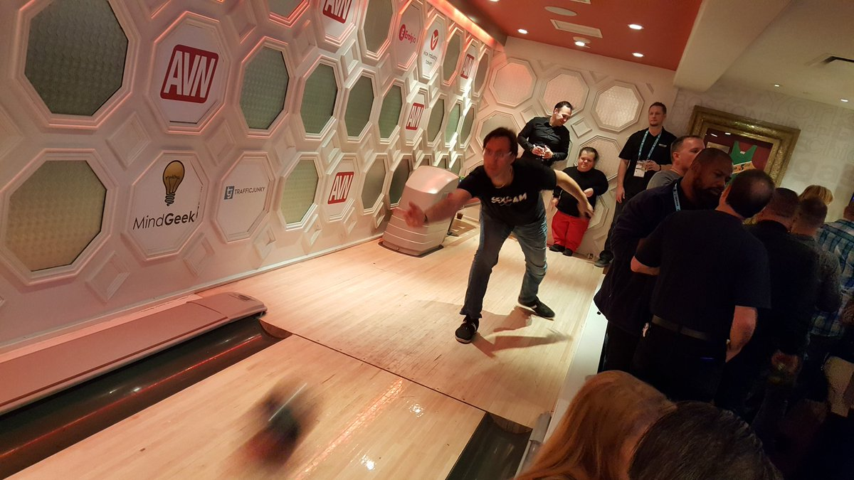 Bowling #realworld suite party at #interNEXT2018 .. attaboy! U6hYR9Qiy