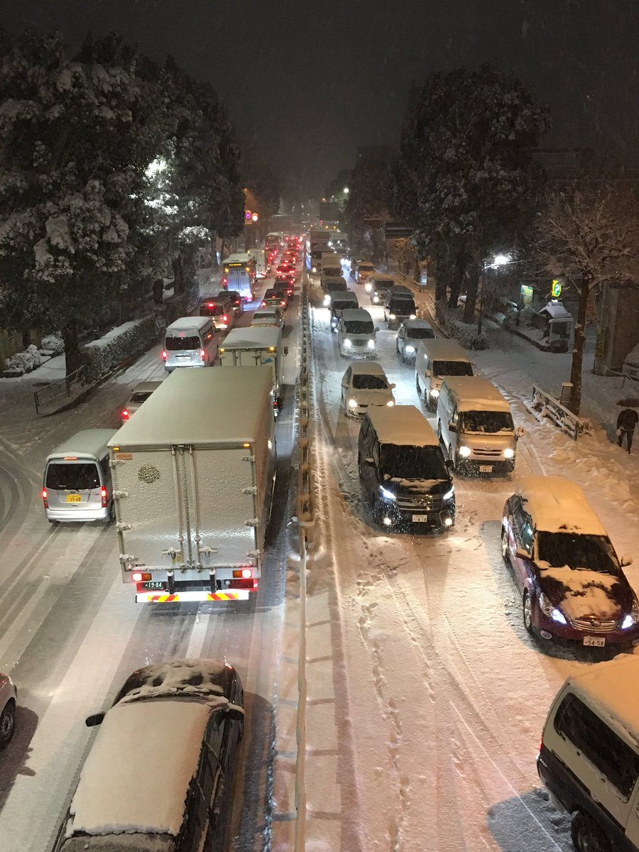 Kanana ring road (major artery) at a standstill #Tokyo #snow #雪 #東京 https://t. ...