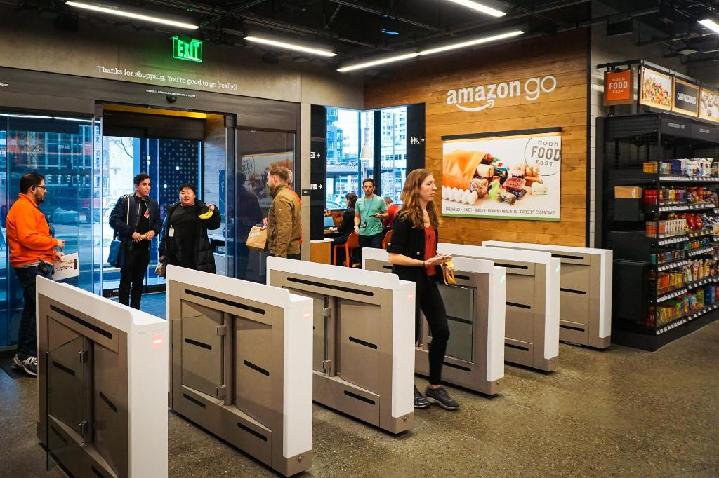 Shopping at Amazon Go is really freakin' fast -- no lines, no cashiers https://t.co/2BajpqPC56 https://t.co/VYBdjykaQg