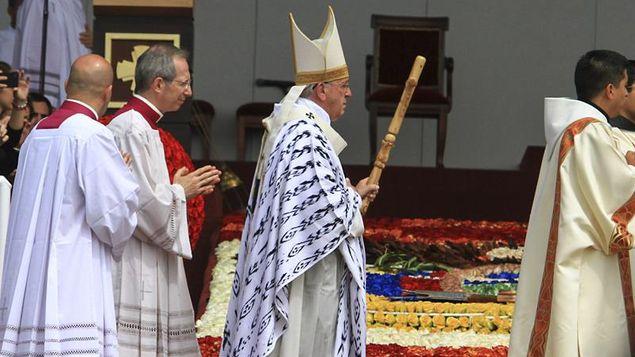 Papa Francisco recibió casulla regalada por interna de Arequipa https://t.co/Ums0FRa2HP https://t.co/mGfC1UYuvT