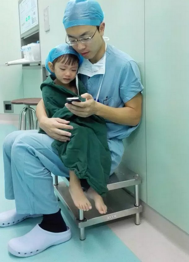 Cardiac surgeon comforts a weeping 2-year-old girl by playing cartoons before her surgery: https://t.co/601tK1w02D