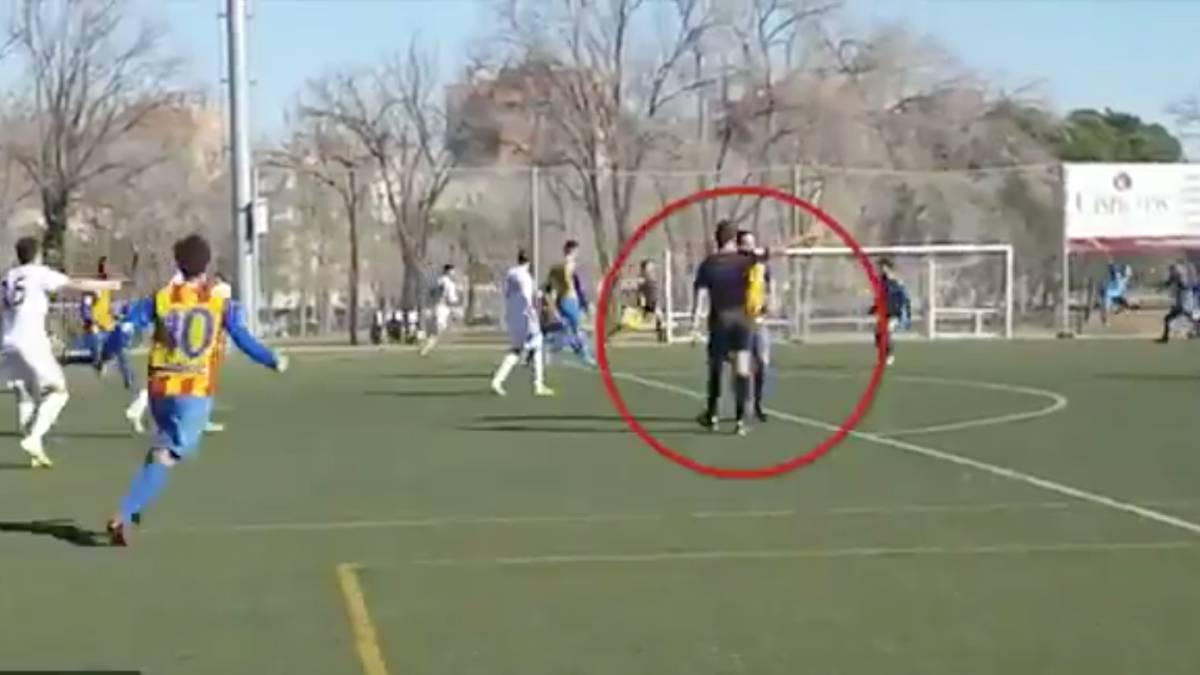 ¿Cómo se le ocurre hacer eso? La reacción del árbitro en un gol https://t.co/rtlKhNuIqR