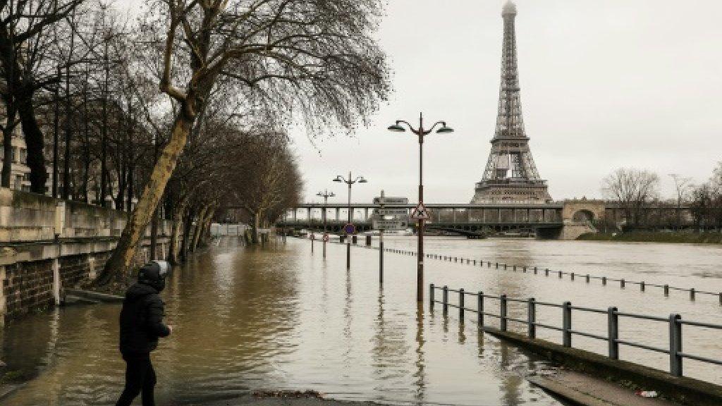 Swollen Seine halts trains as France braces for floods