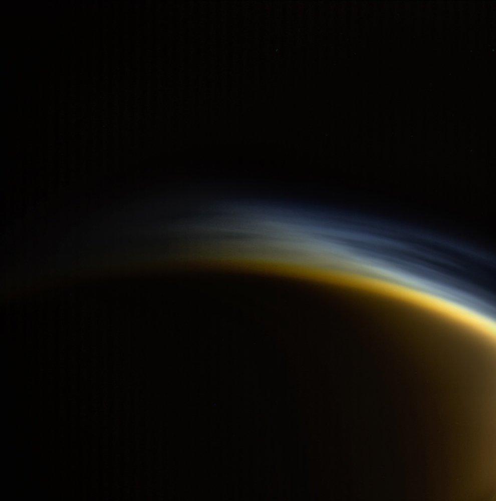 Twilight Haze Shines Over Saturn's Big Moon Titan in Gorgeous Cassini Photo https://t.co/dHwIqWRzMd https://t.co/MxYFs5TR8D