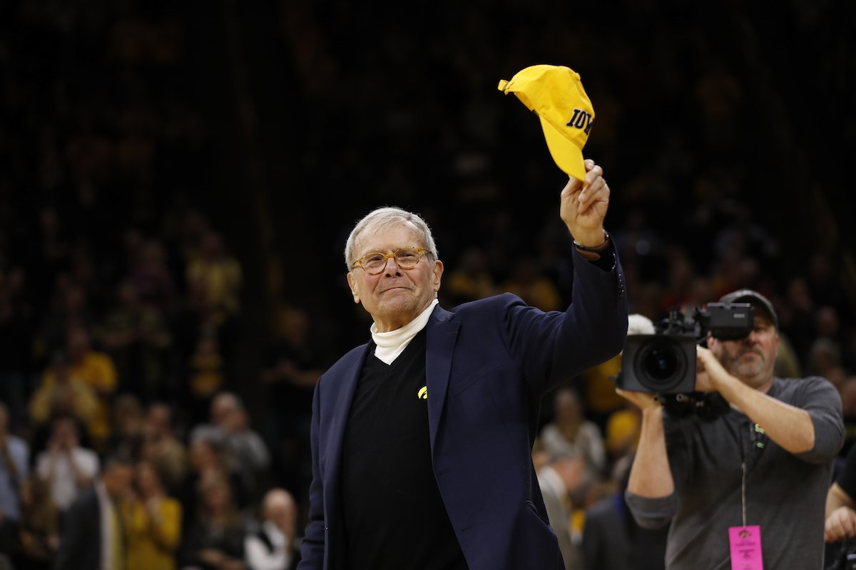 Tom Brokaw was recognized on the court during tonight's @IowaHoops game. @NBCNews #Hawkeyes https://t.co/frVH18332j