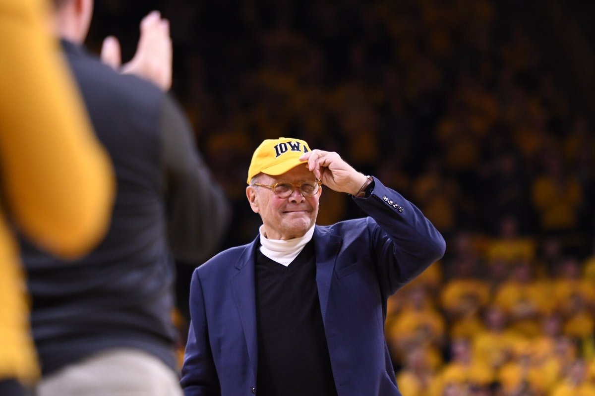 The legendary Iowa alum Tom Brokaw honored at Carver-Hawkeye Arena tonight. @HawkeyeReport https://t.co/DoseaY1O2a