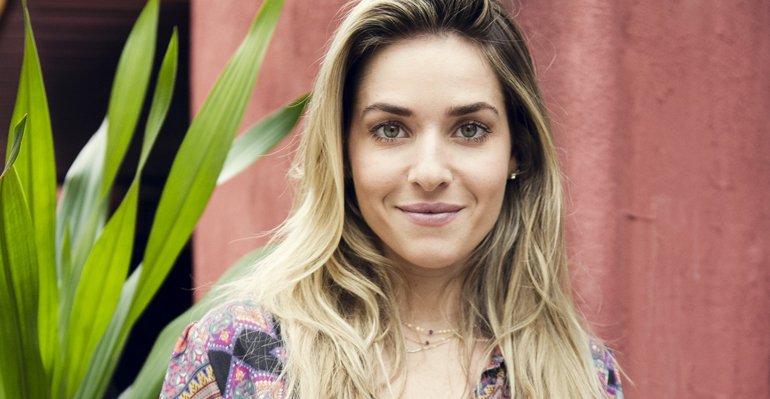 Gravacao Durante. Foto do site da Caras Brasil que mostra Monique Alfradique se machuca durante gravação de série. Saiba mais