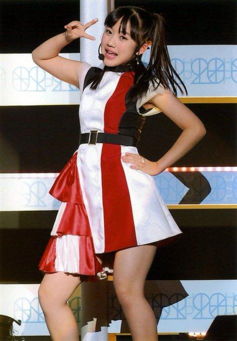 赤と白の横山玲奈の衣装の画像