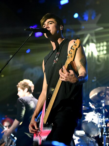 Happy birthday to the fittie calum hood  thanks for being 13-14 year old Abbie s crush