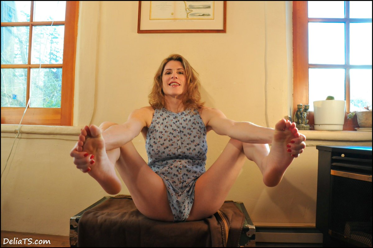 1 pic. A few more fun faves and foot fetish-y features from new photoset: 8gPz