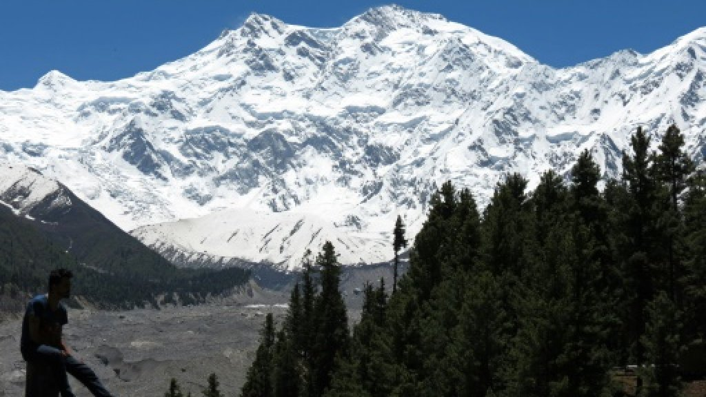 Stranded mountain climbers in Pakistan to be rescued