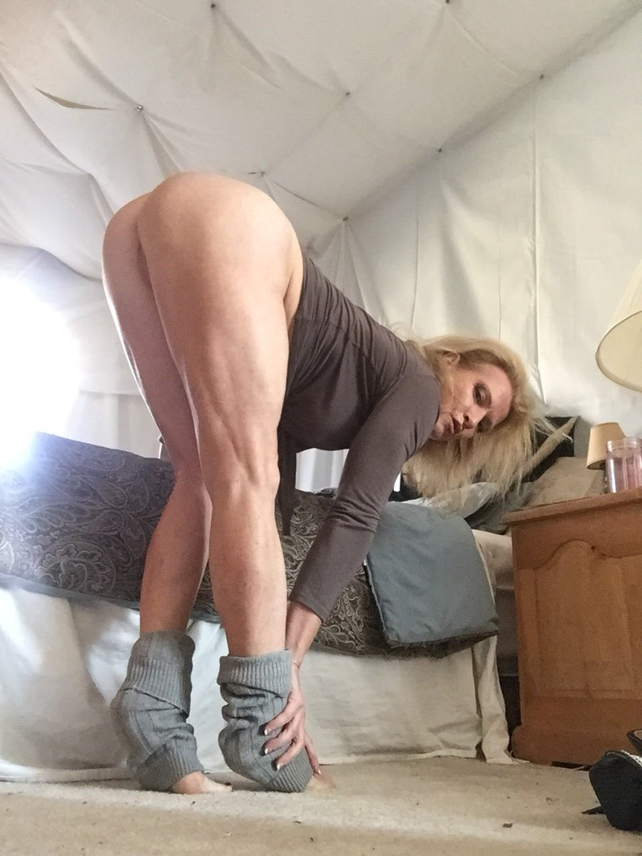 1 pic. GM my sexy friends, happy #MilfMonday #barefoot #cougar in #leg warmers zIXnvJvQ