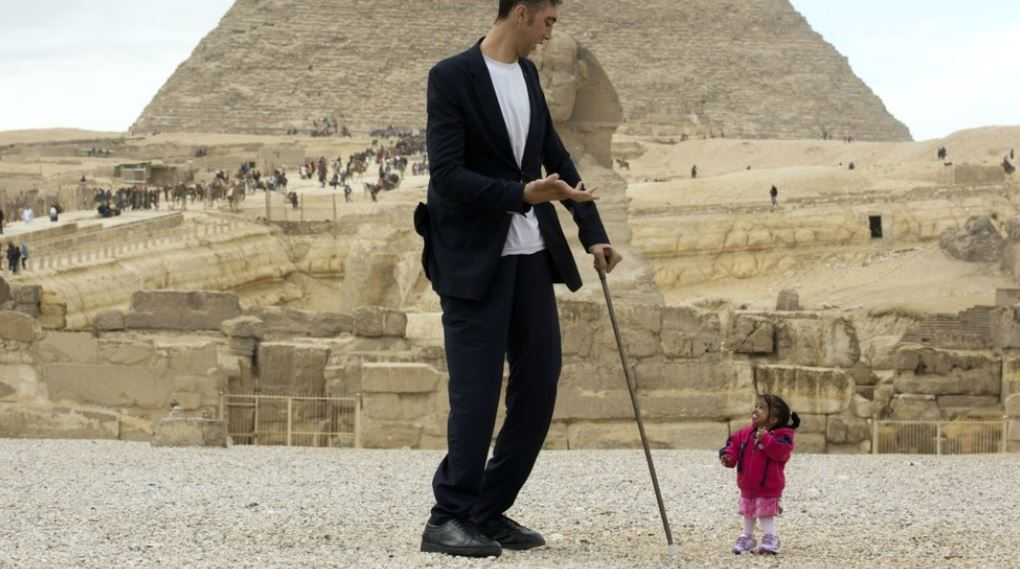 World's tallest man meets world's smallest woman for photoshoot in Egypt