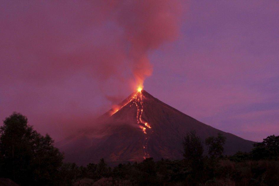 Heavy ash fall from Philippine volcano halts motorists