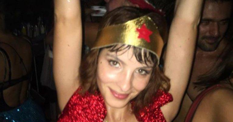 """Giselle Batista. Foto do site da Caras Brasil que mostra Giselle Batista usa apenas adesivo nos seios em fantasia ousada de Carnaval: """"Selvagem"""""""