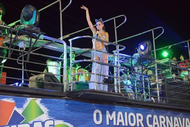 Carnaval Novo. Foto do site da BN Holofote que mostra Alinne Rosa e Babado Novo animam terceiro dia de Carnaval em Barreiras