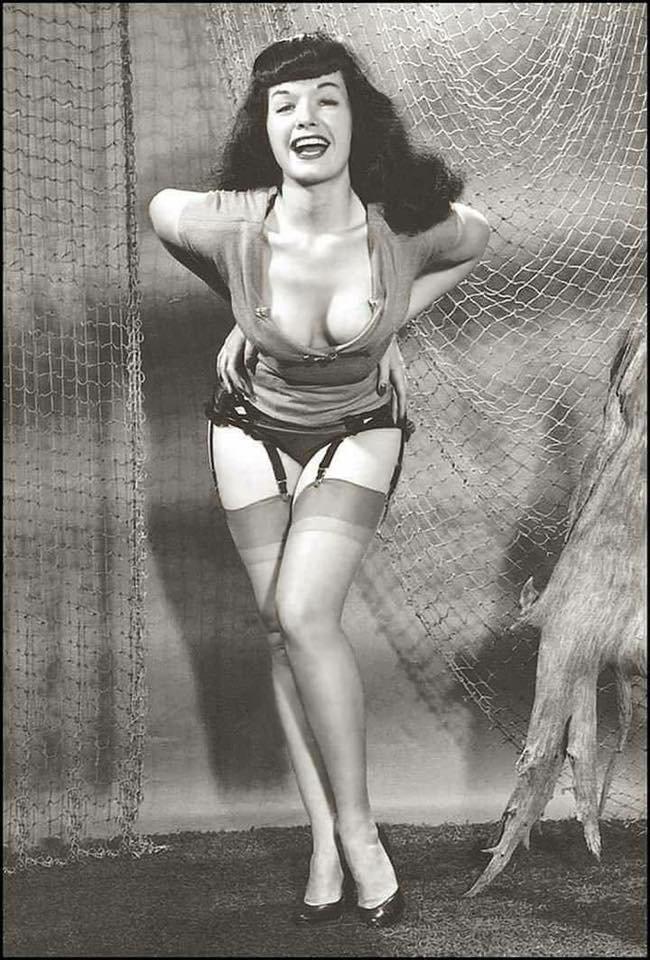 Happy new week, Bettie babes & beaus!☀️💜 #BettiePage #pinup #vintage #1950s H3I1diRyBa