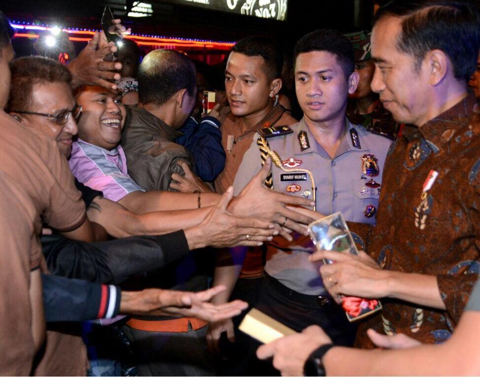 Saat tiba di Ambon menyempatkan bersalaman dengan masyarakat -Jkw https://t.co/FU7gdehZ77