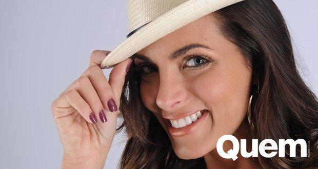 Luxo. Foto do site da Quem Acontece que mostra Carla Prata se prepara para o Carnaval e adianta fantasia: Luxo define
