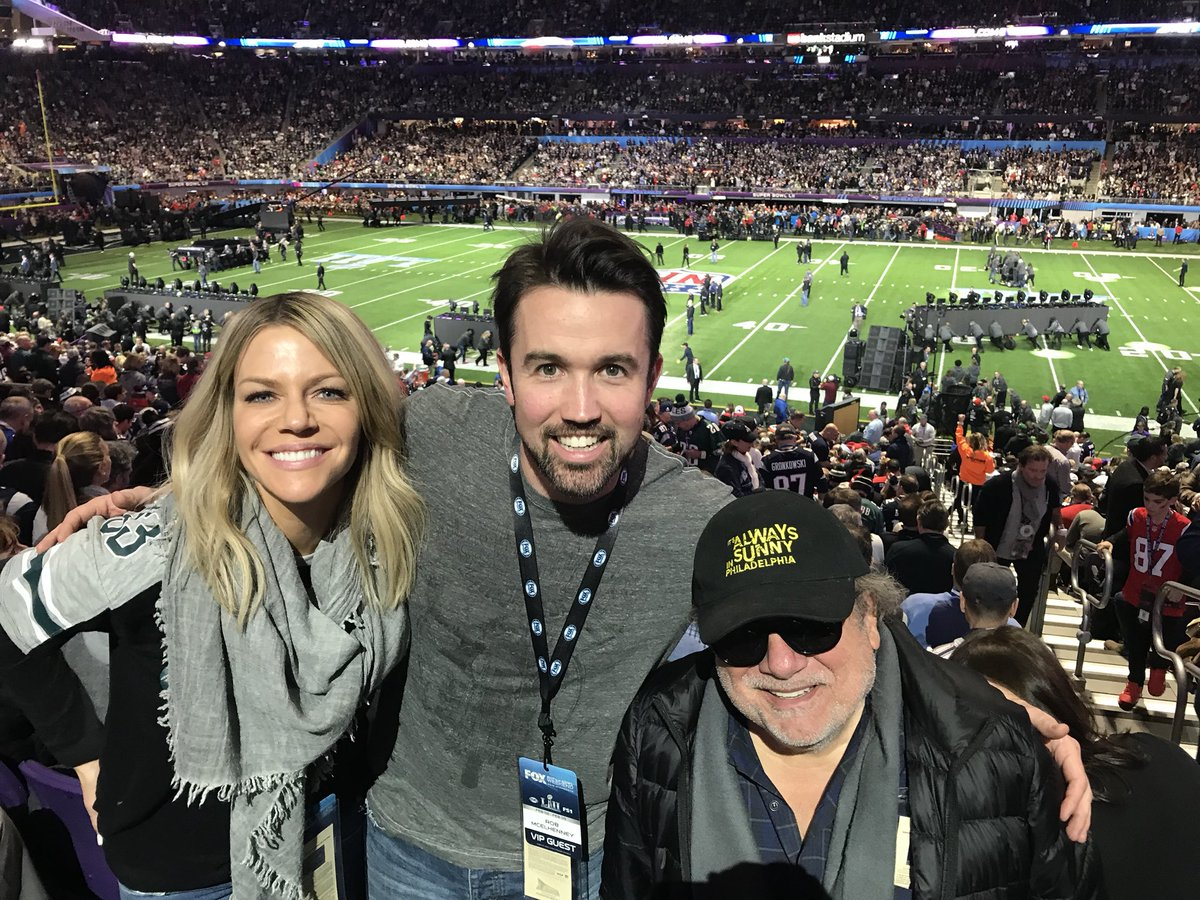 RT @KaitlinOlson: Birds! Birds! Birds! (And oh, hi, JT????) #FlyEagleFly @RMcElhenney @DannyDeVito https://t.co/3oU7WczyTH