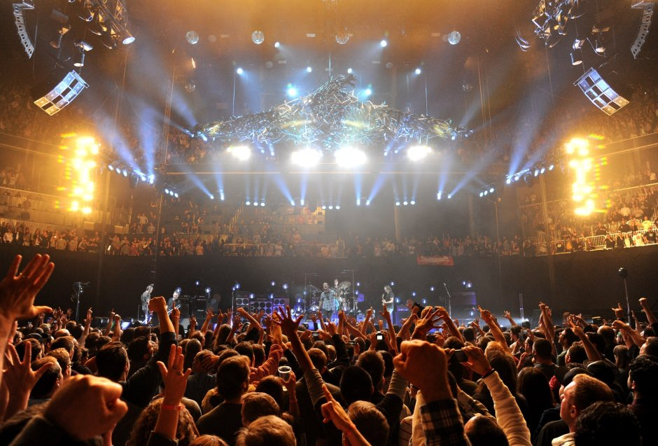 hands up ���� #PearlJam  @BarclaysCenter in Brooklyn, NY.  October 18, 2013. https://t.co/GwnJPDBTBv