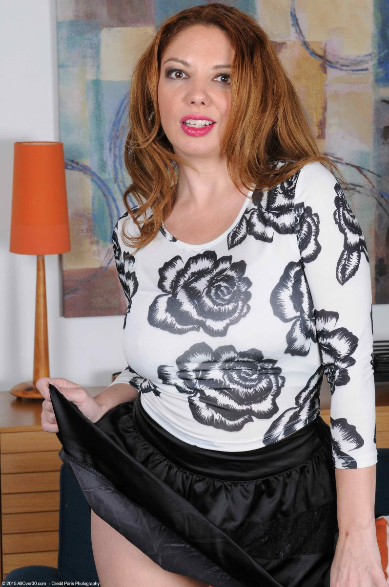 Busty mature woman Kiki Daire peeling off denim shorts and panties № 1041853 бесплатно