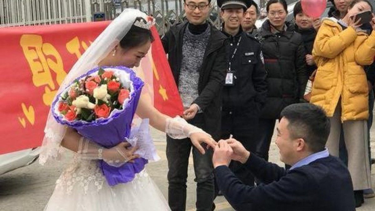 Chinese woman proposes to boyfriend in wedding gown outside jail