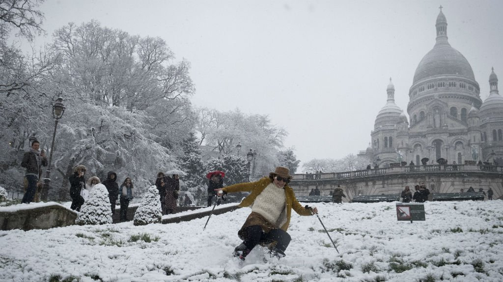 Snow forces Eiffel Tower to close as snow blankets Paris