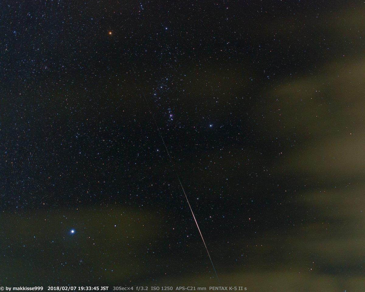 """IRIDIUM 10"" イリジウム衛星のフレア撮影。2月7日 19:33~19:35 方位160°,高度36°,予報明るさ-2.6。低い雲の多い夜空でしたが、オリオン座の上から下方向へ進む衛星のフレアが見れました。 追尾(ポータブル赤道儀) 露出30Sec×4 比較明合成 #IridiumFlare #イリジウムフレア #人工衛星 https://t.co/gpdJdpzNuO"
