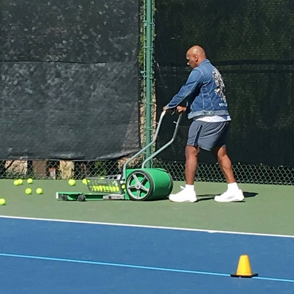 #Heavyweightchamp turned into #tennisballboy. Typical #Monday now https://t.co/E9cNU7khcY https://t.co/hUrAZAs5vZ