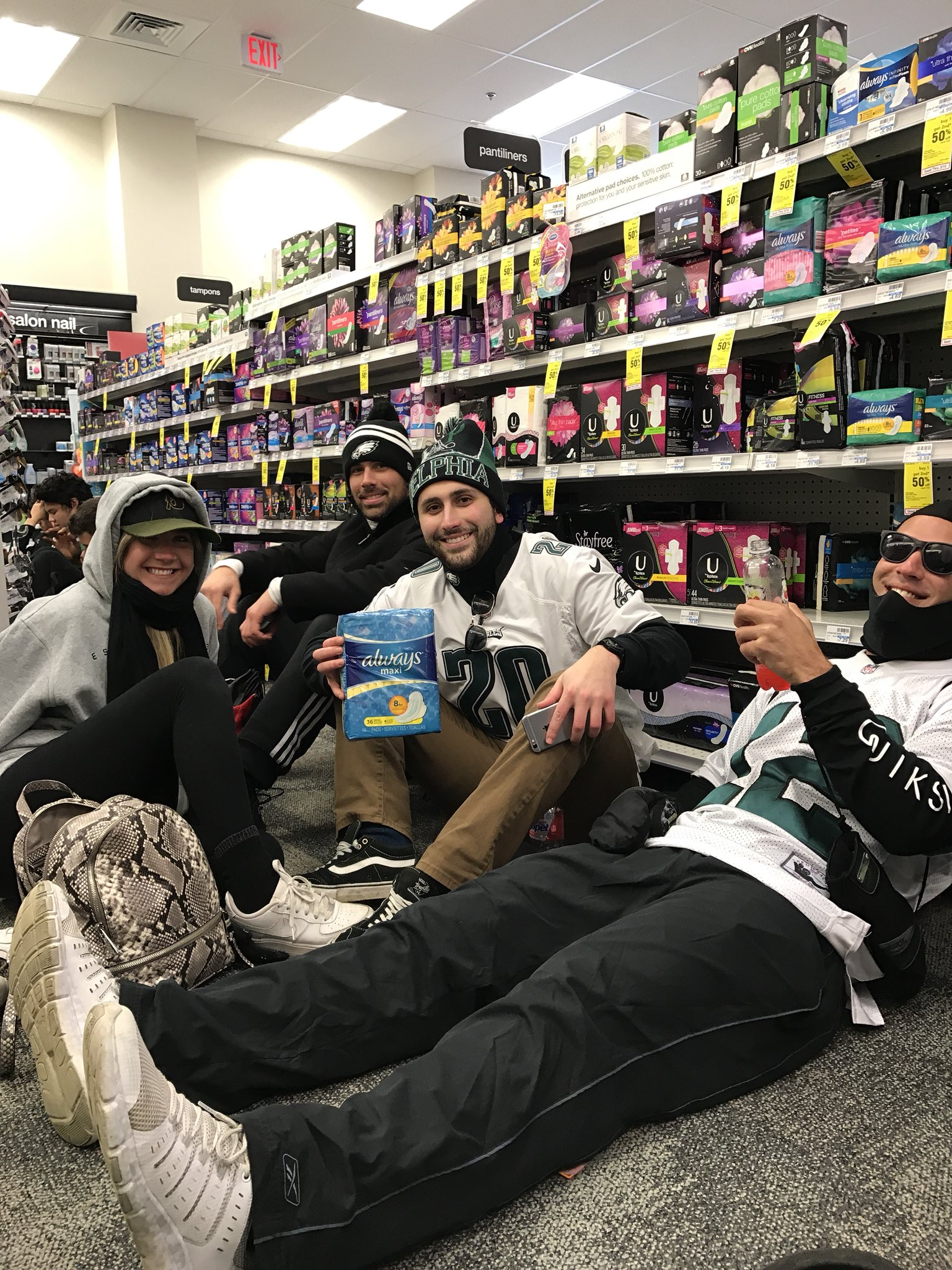 #Eagles parade #CVS #keeping warm https://t.co/v77zTPaAWa