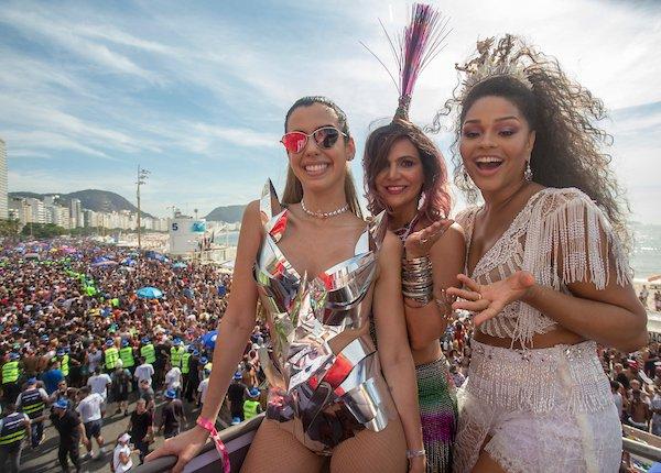Camila Alves. Foto do site da IG Gente que mostra Camila Coutinho, Carol Sampaio e Juliana Alves no bloco da favorita nesta tarde em Copacabana #Carnaval2018