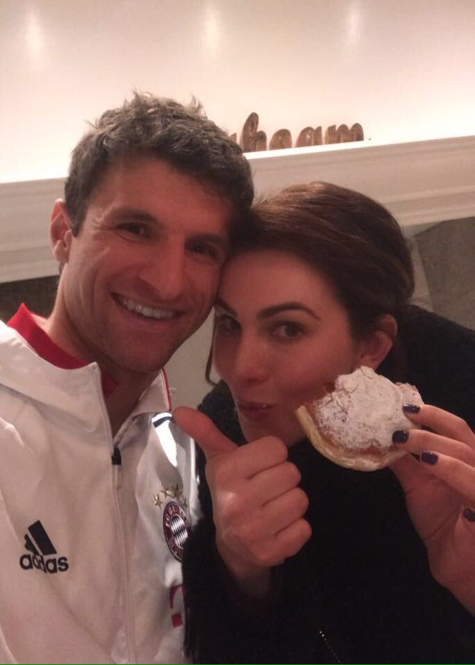 Celebrating the 2:1 win against Schalke 04 with my wife Lisa #esmuellert #fcbs04 #fcbayern https://t.co/ALdMXFLLqp