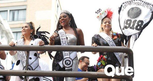 Cris Vianna. Foto do site da Quem Acontece que mostra Leandra Leal, Cris Vianna e Maria Rita comemoram centenário do Cordão da Bola Preta