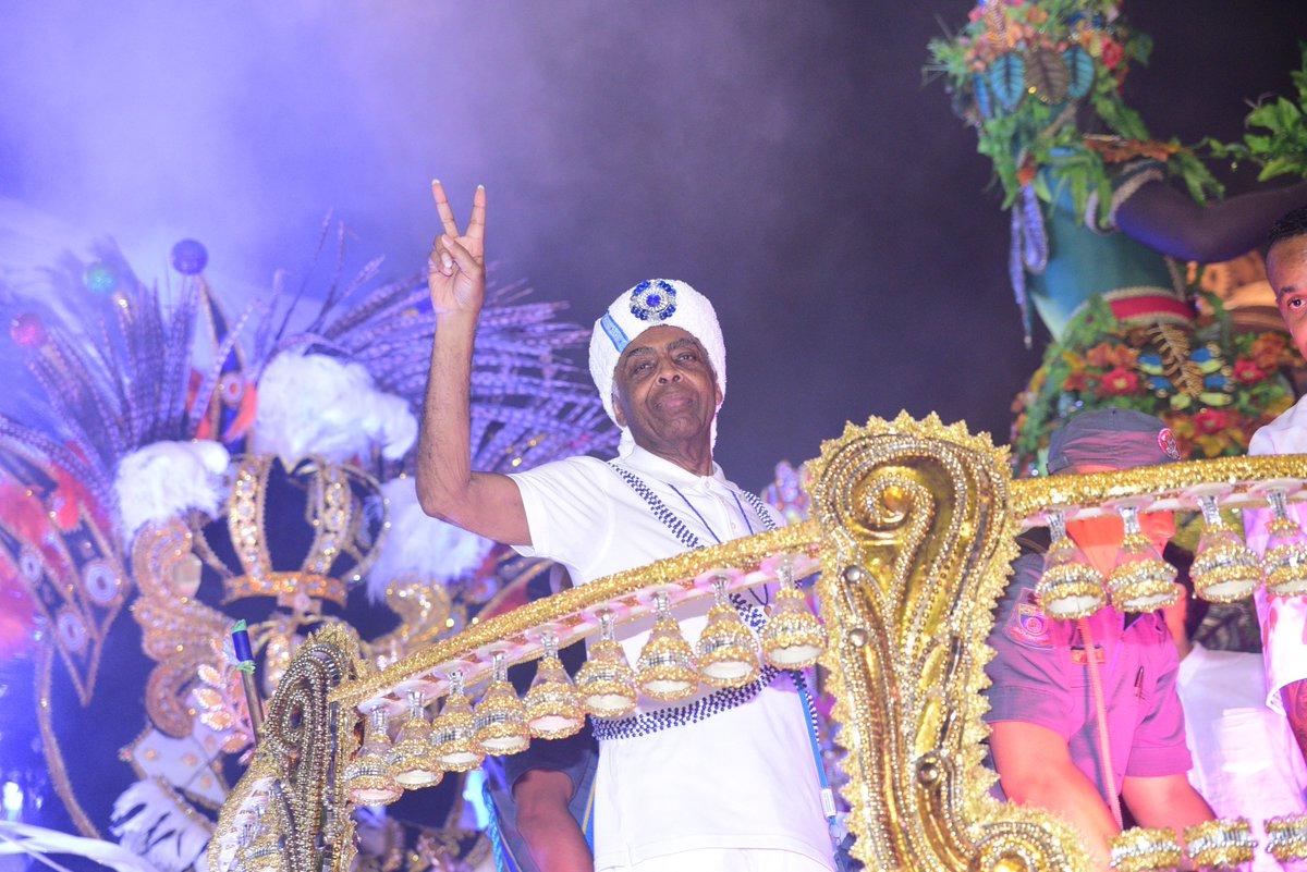 Gilberto Gil. Foto do site da Tititi que mostra Gilberto Gil manda 'aquele abraço' em desfile da VaiVai
