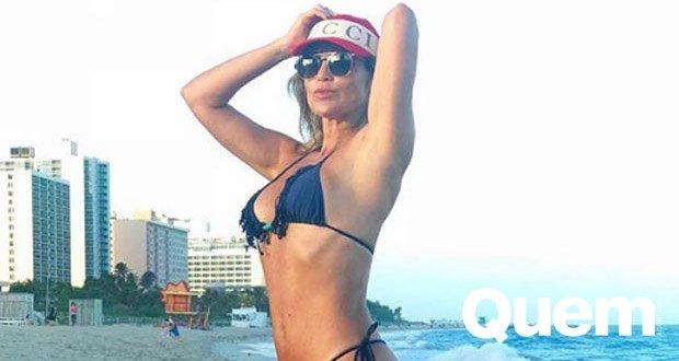 Curte Longe. Foto do site da Quem Acontece que mostra Longe do Carnaval, Flávia Alessandra curte praia em Miami