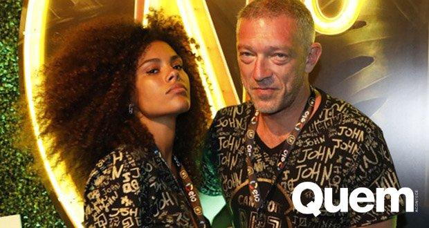 Curte Sapucai. Foto do site da Quem Acontece que mostra Astro francês Vincent Cassel curte Sapucaí com namorada modelo 31 anos mais nova