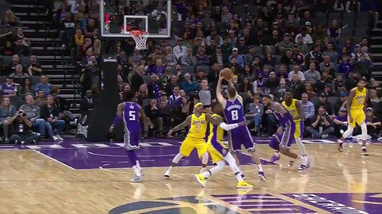 Bogdan Bogdanovic with the four-point play!  #SacramentoProud https://t.co/6d6YeCdBZQ
