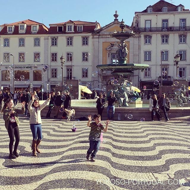 test ツイッターメディア - リスボンの中心地、ロッシオ広場。シャボン玉で遊ぶ子供たち。 #リスボン #ポルトガル https://t.co/oK9gKsgf9k