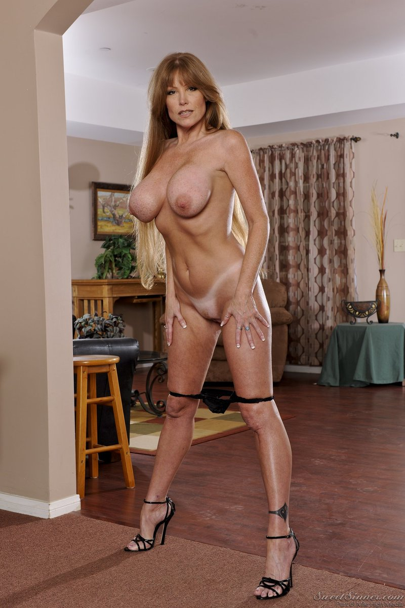 2 pic. Happy #MILFMonday, everyone! #DarlaCrane #SweetSinner #TanLines #HighHeels AEJ9U