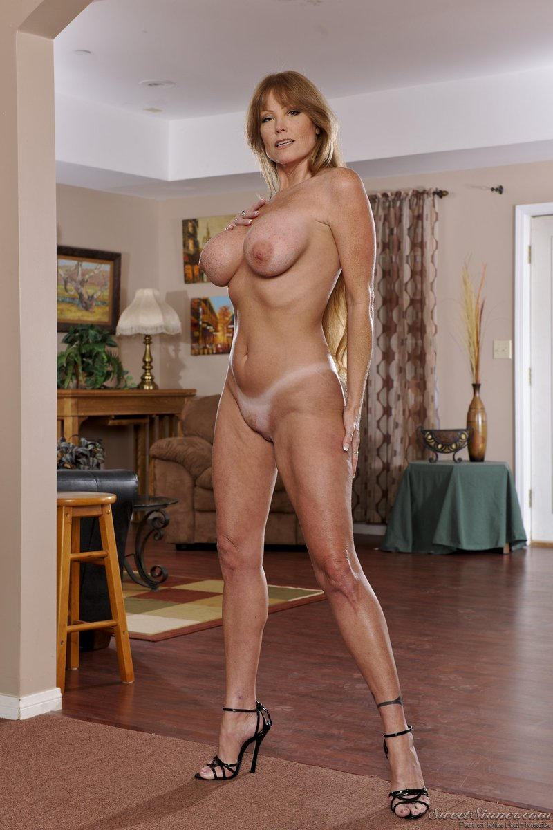 3 pic. Happy #MILFMonday, everyone! #DarlaCrane #SweetSinner #TanLines #HighHeels AEJ9U